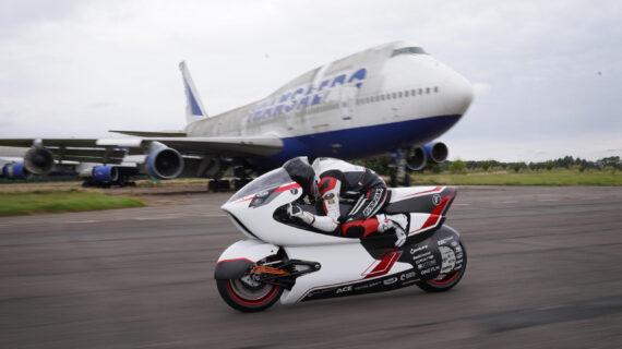 Konsep Sepeda Motor Putih WMC250EV Siap Memecahkan Rekor Kecepatan Darat