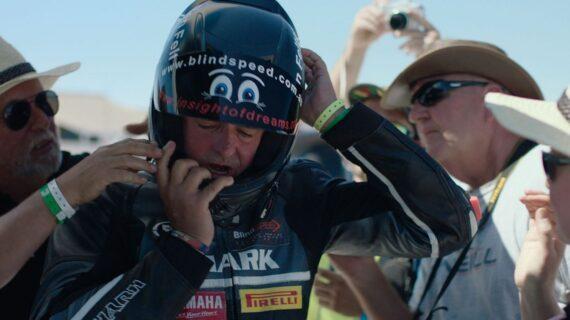 """Film Dokumenter """"Dark Rider"""" Mengikuti Dorongan Tunanetra Australia untuk Pengendara Sepeda Motor Buta Tercepat di Dunia"""