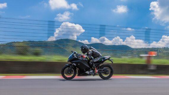 Kawasaki Akan Debutkan 10 Sepeda Motor Listrik dan Hibrida pada 2025